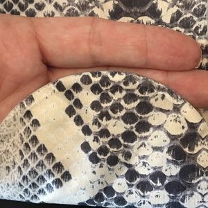 HUE Accessories - NWOT Hue snakeskin print tights size S/M